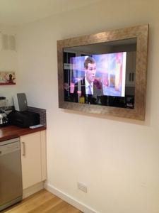 Зеркальный телевизор – необычное решение для Вашей кухни.