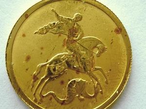 """""""Ржавые"""" пятна за золотых монетах."""
