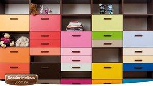 Красивое сочетание цветов и приятный баланс с окружающим пространством сделает разноцветную мебель отличным интерьерным акцентом. Если один цвет — скучно, почему бы не сделать несколько?
