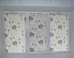"""Рулонные шторы системы """"Мини"""" из ткани с цветочным рисунком, выполненным металлизированными нитями"""