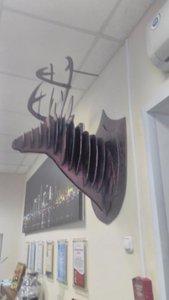 Инсталляция голов животных из фанеры