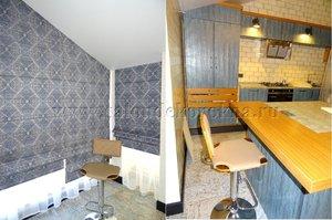 """Римские шторы и вуаль для кухни в стиле """"лофт"""", изготовленные на трапециевидное окно"""