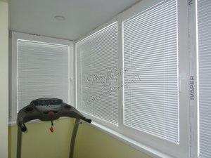 Свежие фотографии наших работ с горизонтальными кассетными белыми жалюзи, установленными на балкон