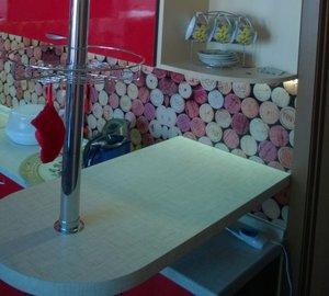 Кухня красная с барной стойкой на заказ