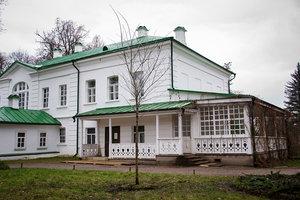 У Дома Льва Толстого посадили молодой вяз