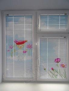Свежие фотографии наших работ с горизонтальными классическими жалюзи с фотопечатью, установленными в детскую на каждую створку нестандартного ПВХ-окна