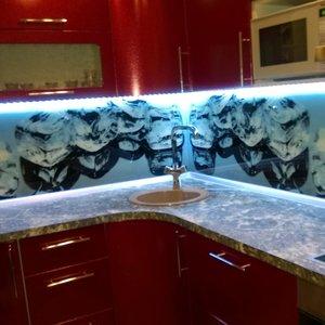 Кухня угловая с фотопечатью на заказ (красный цвет)