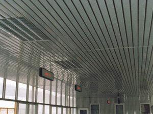 Реечный потолок: устройство и основные особенности