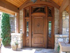 Изготовление входных деревянных дверей из сосны