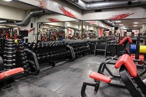 Оборудованный спорт зал для силовых и кардиотренировок