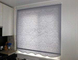 """Свежие фотографии наших работ с рулонными шторами системы """"Стандарт"""" из ткани с нео-классическим рисунком, установленными на кухню"""