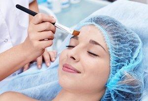 Процедура химического пилинга кожи лица