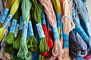Большой ассортимент ниток мулине для вышивания