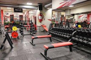 Укомплектованный спорт зал для различных тренировок