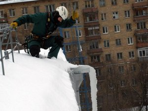 Чистка кровли от снега и наледи в Вологде
