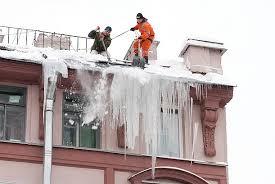 Удаление сосулек с крыши в Орске. Удаление наледи с крыши