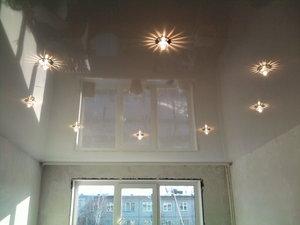 Глянцевый натяжной потолок в квартиру или дом