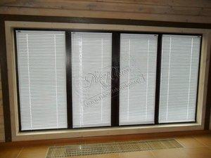 Свежие фотографии наших работ с горизонтальными классическими белыми жалюзи, установленными на каждую створку окна
