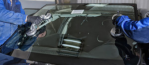 Замена поврежденного лобового стекла автомобиля