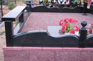 Оградки на могилу, а также столики и скамейки из натурального камня. Изготовление оградок и других ритуальных элементов. Заказать оградку, столик или скамейку для могилы в Новотроицке.
