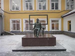 Памятник художнику Д.И. Каратанову в Абакане