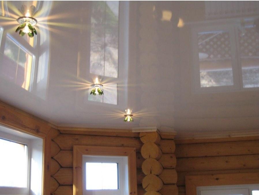 Натяжной потолок в деревянном доме фото