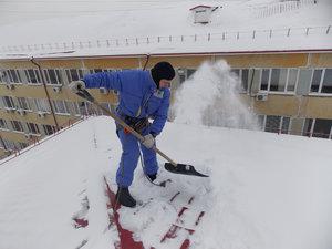Чистка снега с крыш зданий в Вологде