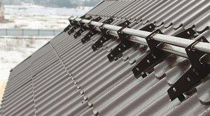 Для чего нужны снегозадержатели на крыше?