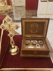 Ковчег со святынями в храме прп. Сергия Радонежского вынесен в центр храма для всех прихожан.