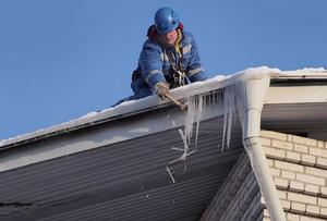 Очистка кровли от наледи, сосулек и снега в Вологде