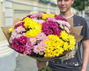 21 шикарная кустовая хризантема в крафтовом оформлении