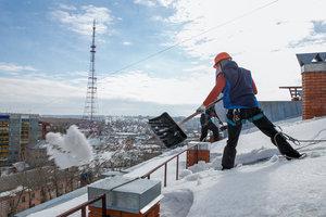 Чистка снега с крыш домов в Вологде