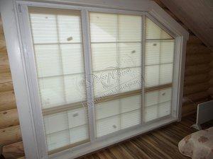 Фотографии наших работ с жалюзи-плиссе, установленными на скошенное панорамное окно в загородный дом