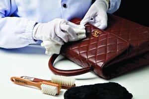 Ваша дамская сумочка нуждается в ремонте? Мы ждем вас! Освежим цвет, почистим подкладку и отремонтируем