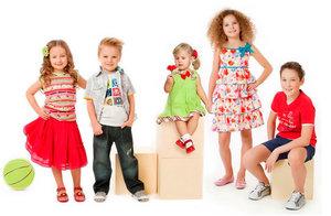 Большой выбор товаров в магазине детской одежды