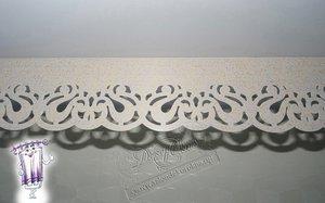 Профильный (потолочный) ПВХ-карниз с патинированной планкой с выбитым кружевным орнаментом