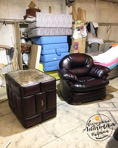 Кресло из натуральной кожи и тумба с выдвижным баром из дуба!