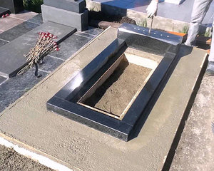 Возведение фундамента вокруг места захоронения