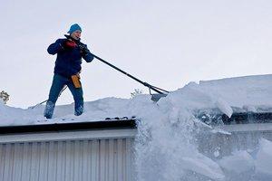 Чистка снега с крыш зданий разной высотности в Вологде