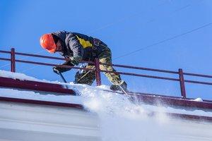 Уборка снега с крыш домов в Вологде