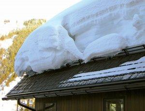 Уборка снега с кровли в Вологде