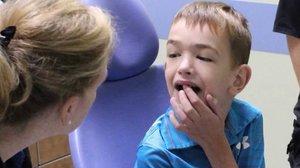 Мальчик смог нормально разговаривать, после того как стоматолог провел ему пластику уздечки языка