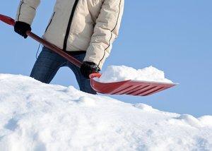 Чистка снега с крыш многоквартирных домов в Вологде
