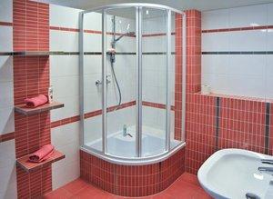 Душевые уголки и шторки для ванной комнаты