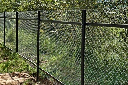 Забор из сетки рабица.