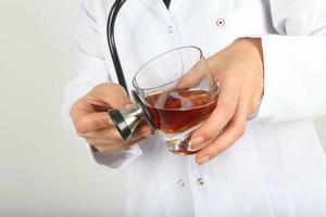 Нарколог с большим опытом проводит лечение алкоголизма в Вологде