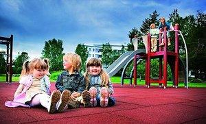 Резиновое покрытие площадки - лучший вариант для безопасности детей!