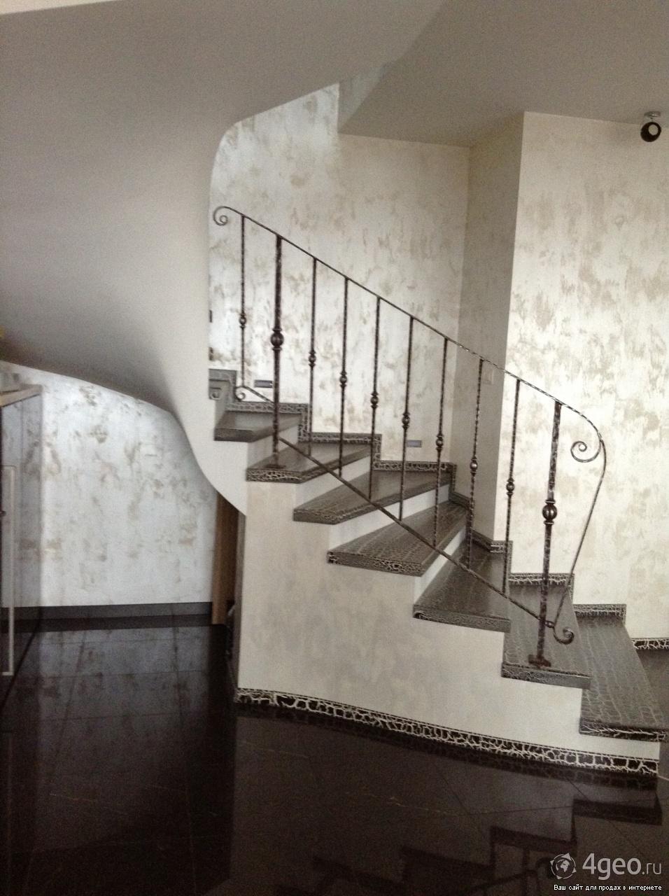 декоративные краски в холле с лестницей фото выступает концертами, живет