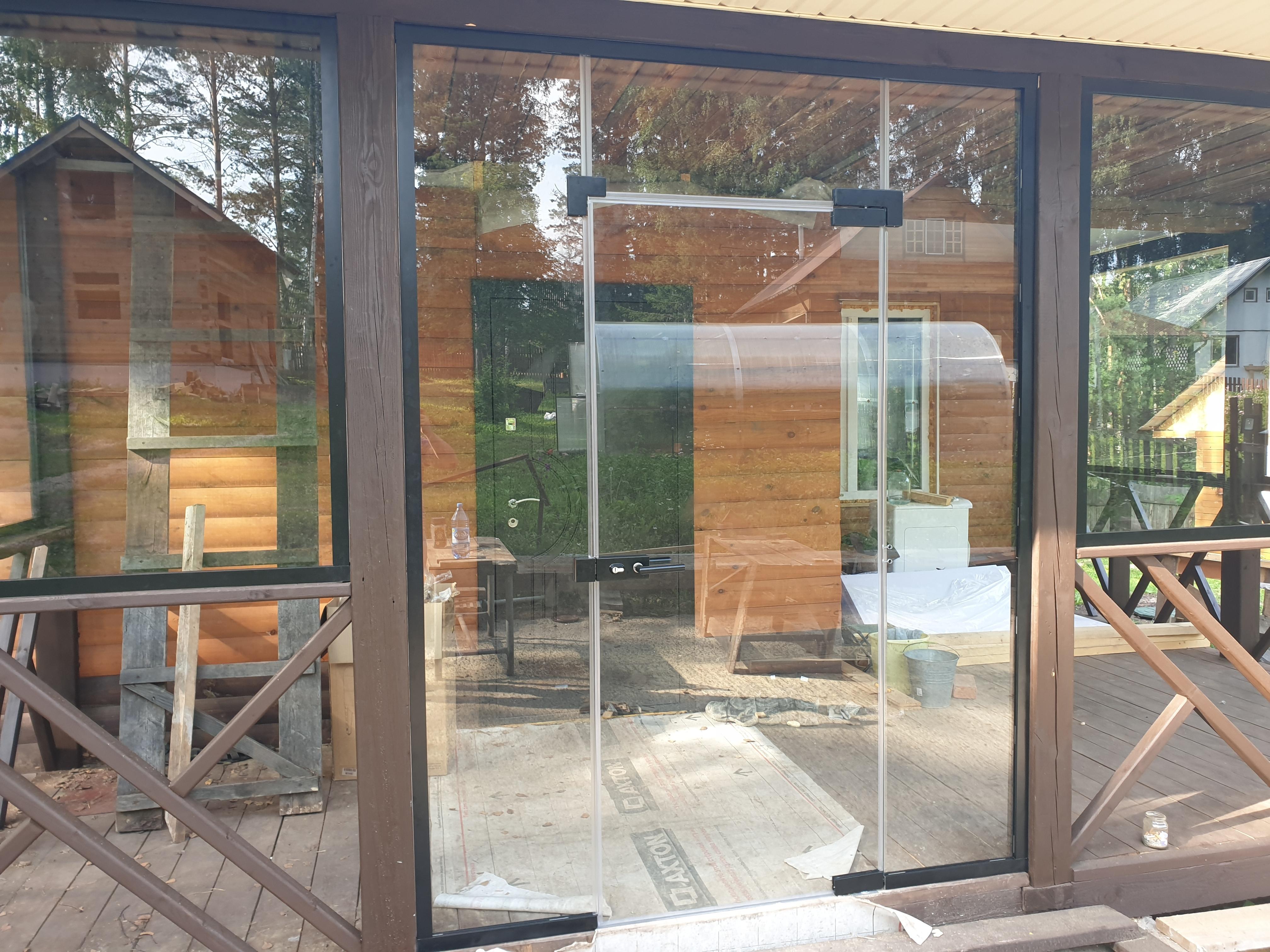 Остекление веранды дачного домика стеклом закаленным 10мм с использованием зажимного профиля и фурнитуры.