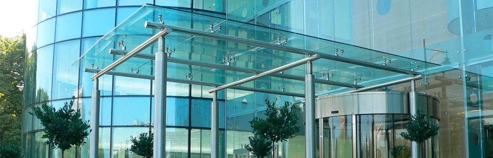 изготовление стеклянных навесов